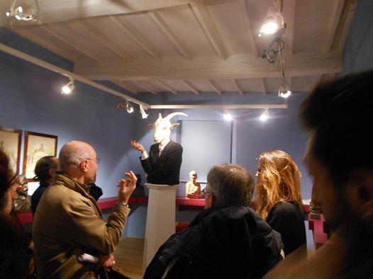 """Pubblico attorno alla scultura """"Capra!"""" di Fatima Messana"""
