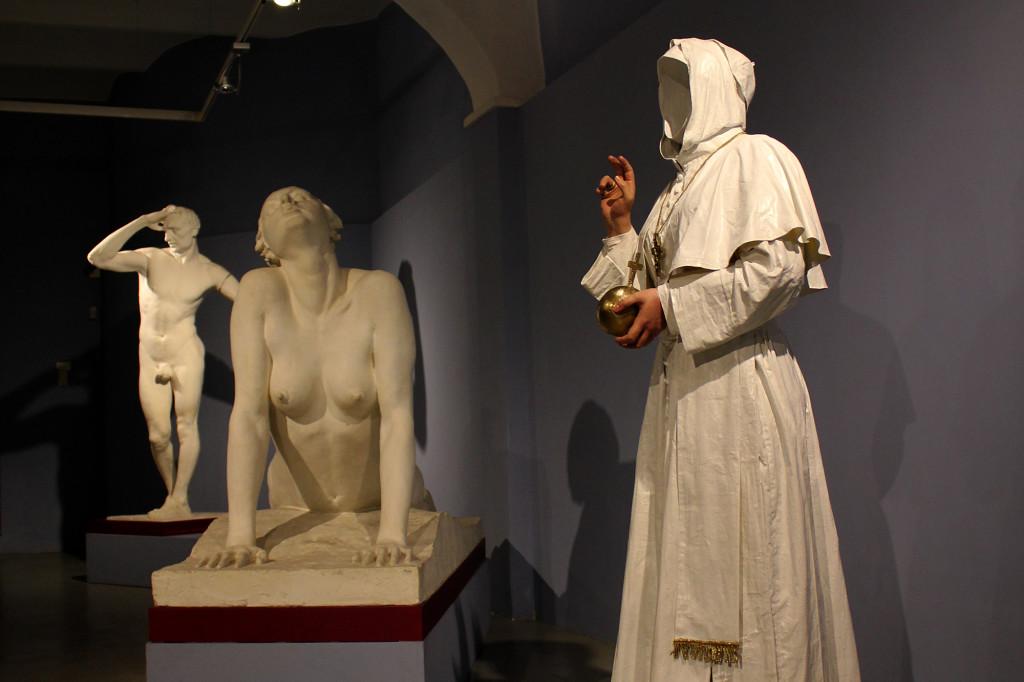 Fatima Messana, Testiculos qui non habet, Papa Esse non posset, in dialogo con le sculture del Cassero di Montevarchi, 2015